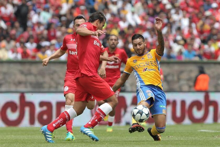 Toluca defender Aaron Galindo (L) battles Pachuca's Ismael Sosa (R) for the ball on Aug. 14, 2016, during the Liga MX match played at Alberto Cordova Stadium in Toluca City, Mexico. EPA-EFE FILE/Alex Cruz.