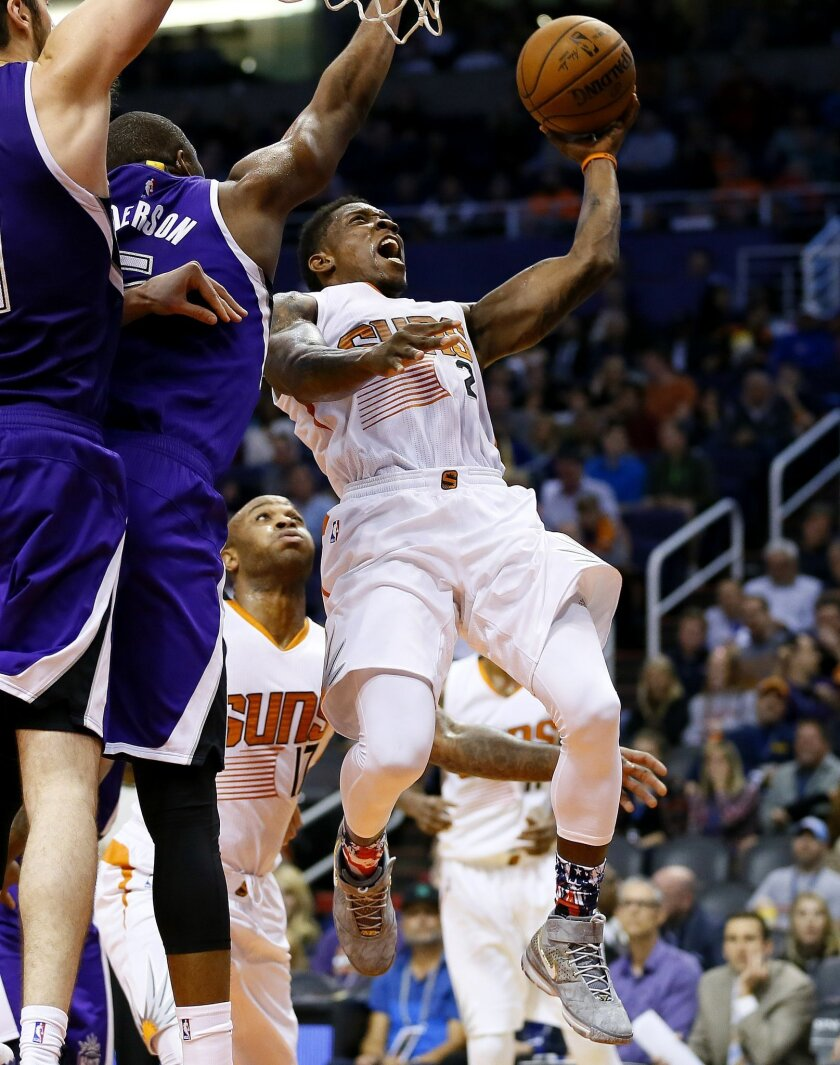 Phoenix Suns' Eric Bledsoe (2) shoots over Sacramento Kings' James Anderson during the second half of an NBA basketball game, Wednesday, Nov. 4, 2015, in Phoenix. (AP Photo/Matt York)