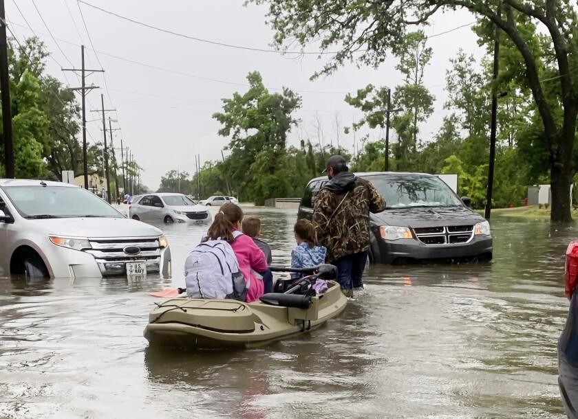 Padres usan kayaks para recoger a estudiantes de las escuelas
