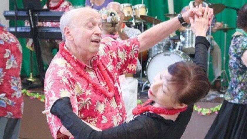 Seniors-Luau-Dance-2013-Couple-Dancing-FI
