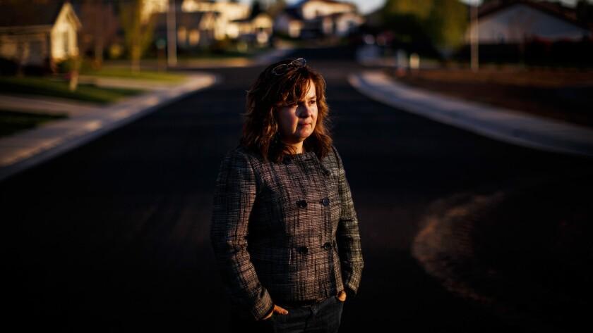 Leticia Aceves cerca de su casa en Auburn, California. Aceves posee licencia de conducir de California AB60, que le es necesaria para dirigir su negocio de limpieza de casas (Max Whittaker / Para The Times).