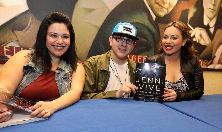 """Chiquis y Jacqie Rivera al lado de un fan durante la firma del libro """"Jenni Vive"""" en Barnes & Noble de Long Beach, California."""