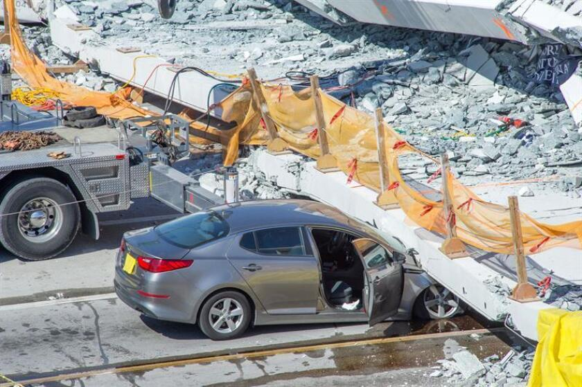 Vista de un automóvil atrapado debajo del puente para peatones que se ha derrumbado en las cercanías de la Universidad Internacional de Florida (FIU) en Miami (Florida, EE.UU.). EFE/Archivo