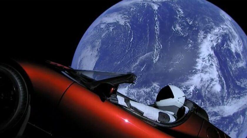 """Con """"Starman"""" al volante, un auto rojo se dirige a Marte mientras en la radio suena una canción de David Bowie."""