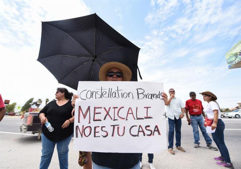 Fotografía del 23 de noviembre de 2017 que muestra a personas protestando en el predio donde se construye una cervecera en Mexicali, Baja California (México). EFE