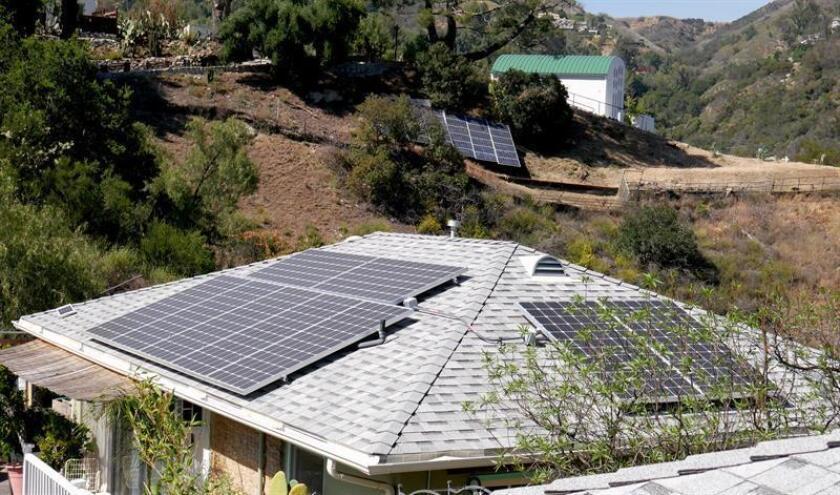 El gobernador de Puerto Rico, Ricardo Rosselló, firmó hoy la resolución conjunta de la Cámara 218, que promueve el uso de fuentes de energía renovable en los planteles del Departamento de Educación. EFE/ARCHIVO