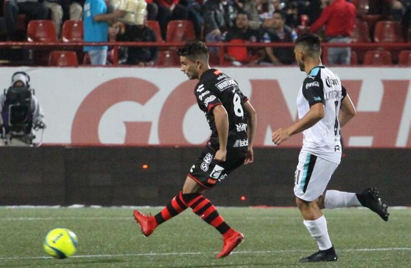 El centrocampista peruano Joel Sánchez, (d) del Querétaro del fútbol mexicano, aseguró hoy que el equipo debe imponer condiciones en su estadio y lo intentará el sábado contra Toluca en la novena jornada del torneo Clausura 2018. EFE/ARCHIVO