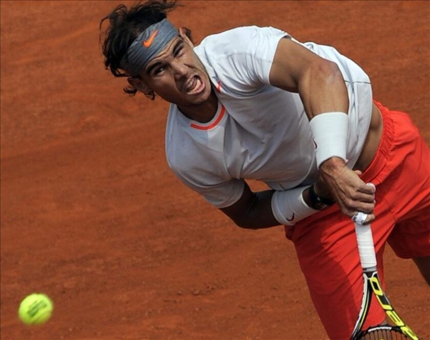 El tenista español Rafael Nadal celebra su victoria en el partido de primera ronda del torneo de Roland Garros. EFE