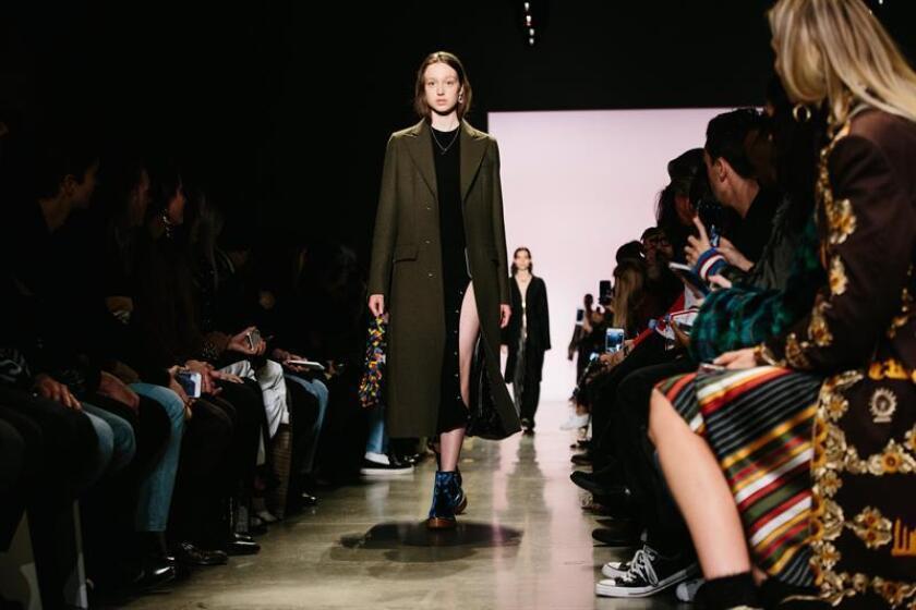 Una modelo presenta una creación del diseñador colombiano Esteban Cortazar durante la Semana de la Moda de Nueva York hoy, miércoles 14 de febrero de 2018, en Nueva York (EE.UU.). Las colecciones para Otoño 2018 se presentaron entre el 12 y el 14 de febrero. EFE