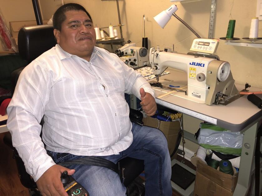 Obispo Agiataz utiliza para sobrevivir su silla de ruedas eléctrica y una máquina de coser.