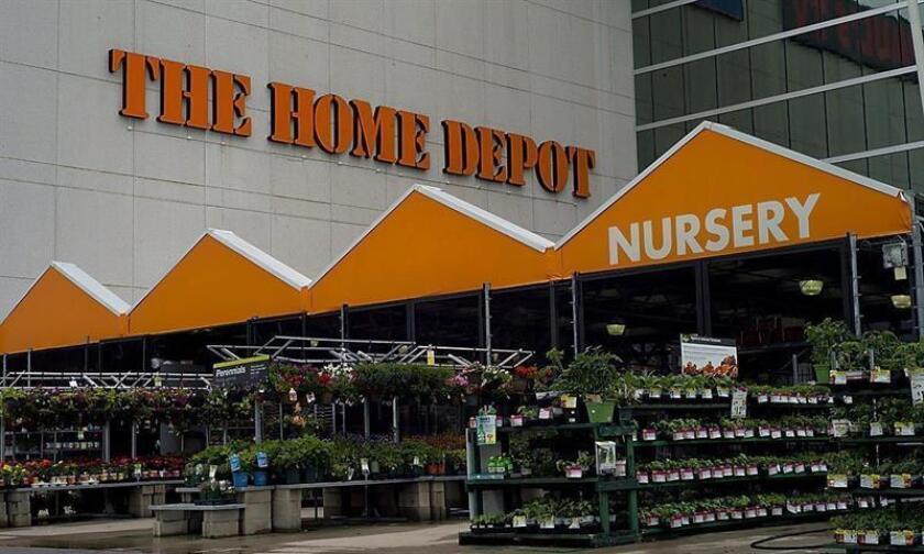 Home Depot, la mayor cadena de tiendas de bricolaje y reformas del hogar del mundo, cerró el año 2017 con un beneficio neto de 8.630 millones de dólares, un 8,5 % más que el ejercicio anterior, a pesar de las provisiones extraordinarias relacionadas con la reforma fiscal estadounidense. EFE/Archivo
