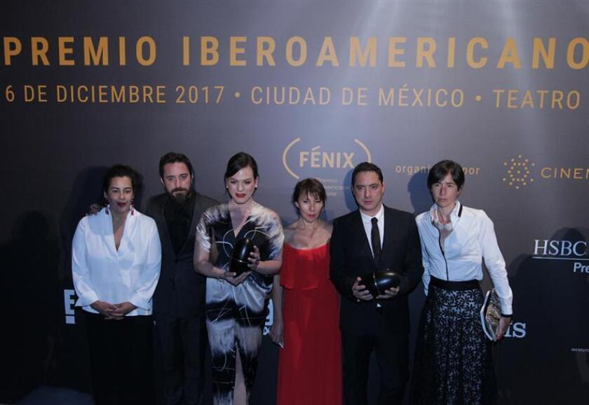 """El elenco de la película """"Una mujer fantástica"""" fue registrado este miércoles al posar, durante la entrega de los Premios Fénix del Cine Iberoamericano 2017, en Ciudad de México (México). EFE"""