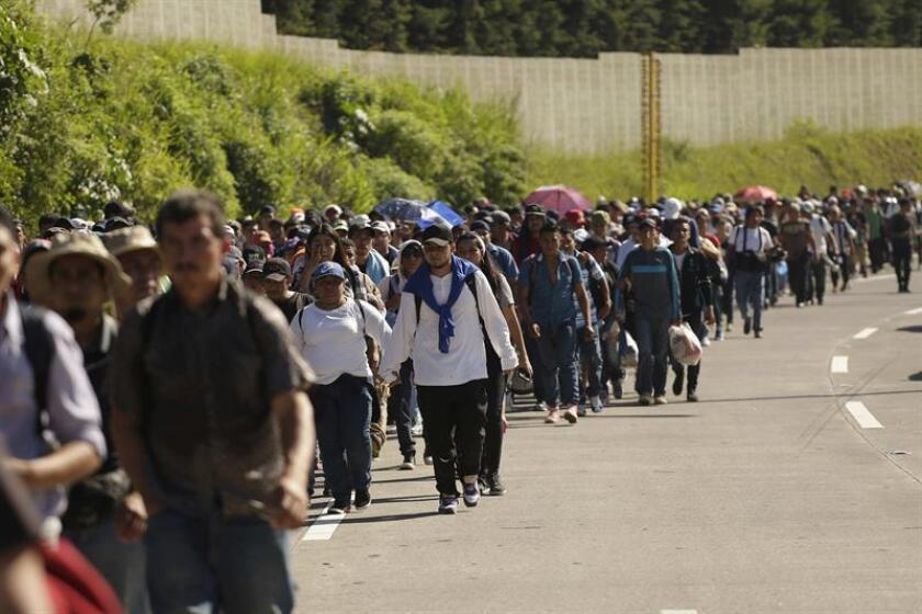 Fotografía que muestra una segunda caravana formada por unos 600 migrantes, entre ellos niños y mujeres, sale desde San Vicente (El Salvador) con rumbo a los Estados Unidos. EFE/Archivo