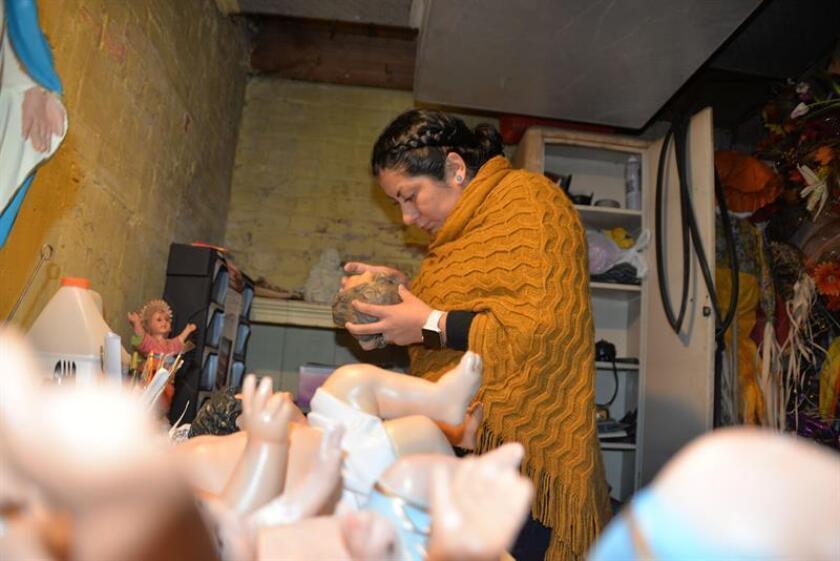 La mexicana Nancy Utrera García restaura un niño dios en el sótano de su casa en Chicago, Illinois. EFE