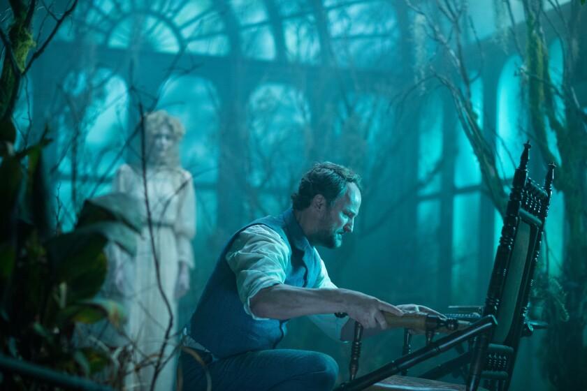 """Jason Clarke en una escena de """"Winchester"""", cinta de terror que lo encuentra en el papel de un psiquiatra que se enfrenta a fenómenos sobrenaturales."""