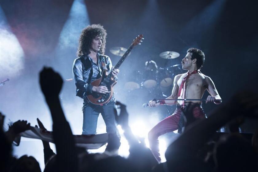 """Fotograma cedido donde aparecen los actores Gwilym Lee (i) como Brian May y Rami Malek (d) como Freddie Mercury, durante una escena de la película """"Bohemian Rhapsody"""" que llega preparada para conquistar los cines este fin de semana. EFE/Alex Bailey/Twentieth Century Fox/SOLO USO EDITORIAL"""