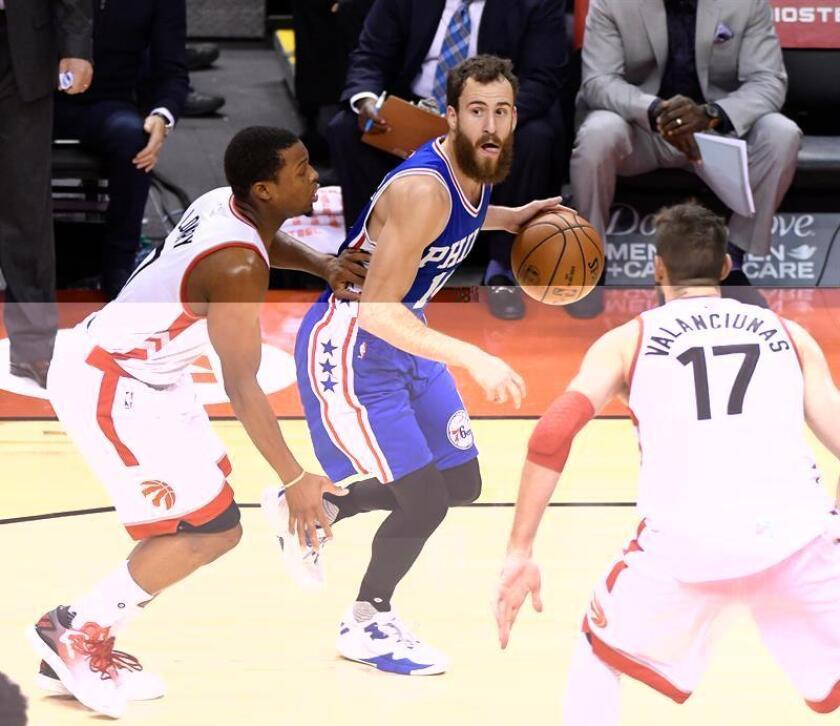 Sergio Rodriguez (c) de los Philadelphia 76ers disputa el balón ante Kyle Lowry (i) los Raptors este lunes 28 de noviembre de 2016, Toronto, Canadá. EFE