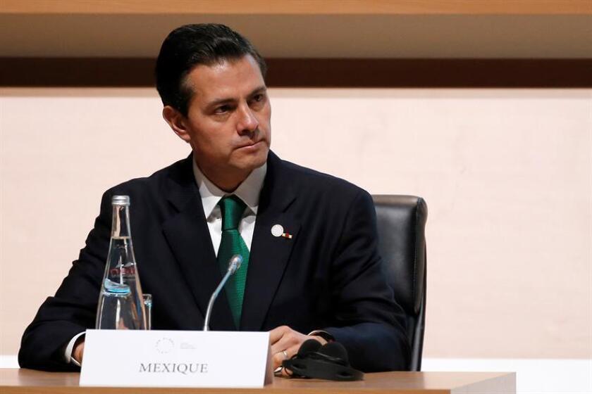 El presidente de México, Enrique Pena Nieto, asiste a la sesión plenaria de la cumbre del clima que se celebra en la isla de Seguin, en el oeste de París (Francia) hoy, 12 de diciembre de 2017. EFE