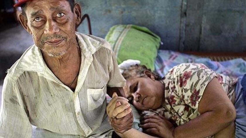 Foto de archivo. En la imagen aparece un trabajador agrícola quien había dicho que su esposa estaba enferma a causa de los pesticidas. Su mujer murió un mes después.