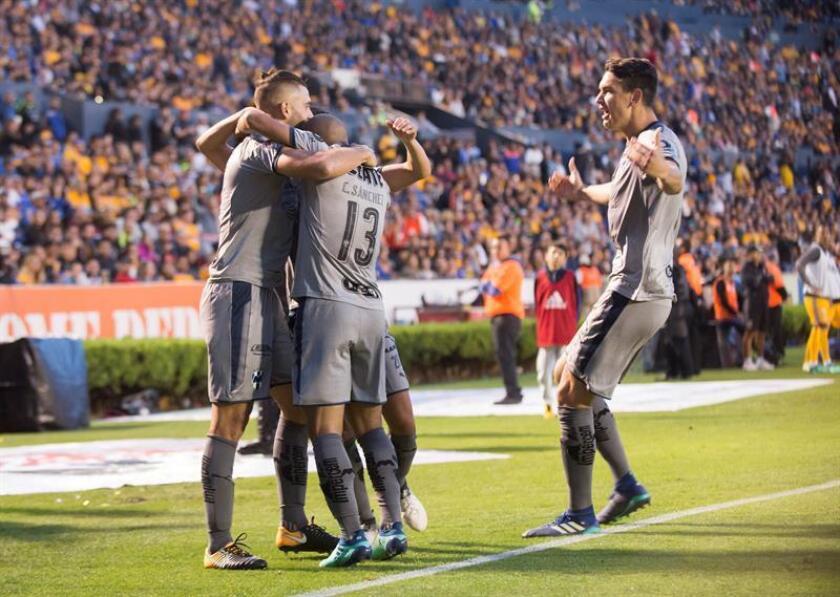 Jugadores de los Rayados de Monterrey fueron registrados este sábado al celebrar un gol ante los Tigres de UANL, durante la jornada 17 del Torneo Clausura 2018 del fútbol en México, en el estadio Universitario de la ciudad de Monterrey (México). EFE