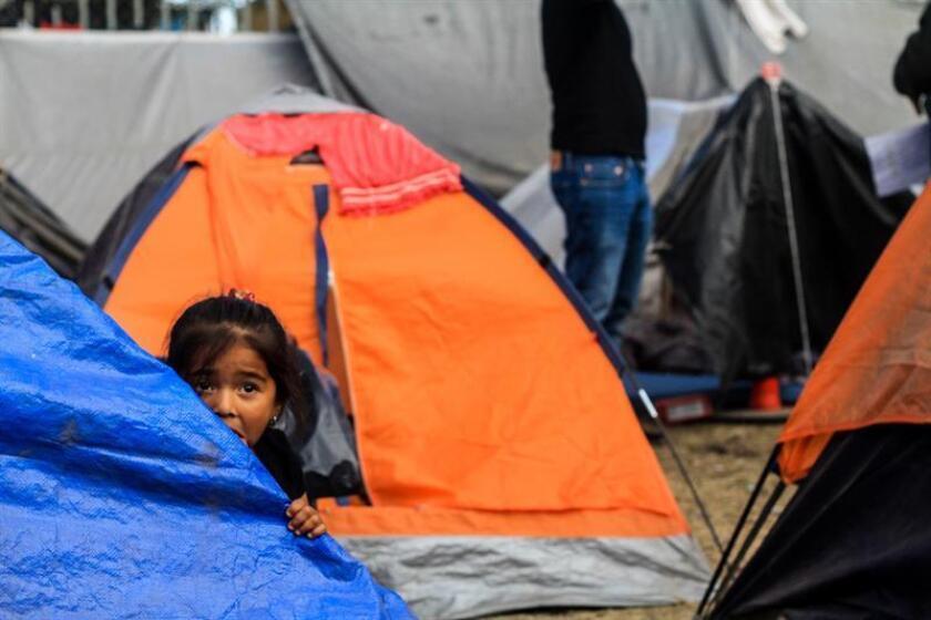 Vista general de las tiendas en donde viven algunos de los migrantes que entraron a México a finales de octubre y confluyeron en Tijuana en las últimas semanas, quienes están cerca del punto crítico ante su hacinamiento en un albergue de esta ciudad fronteriza. EFE/Archivo