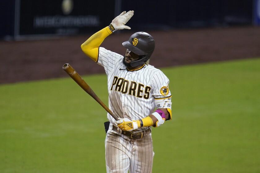 El jugador de los Padres de San Diego Fernando Tatis Jr. golpea su bate tras ser eliminado