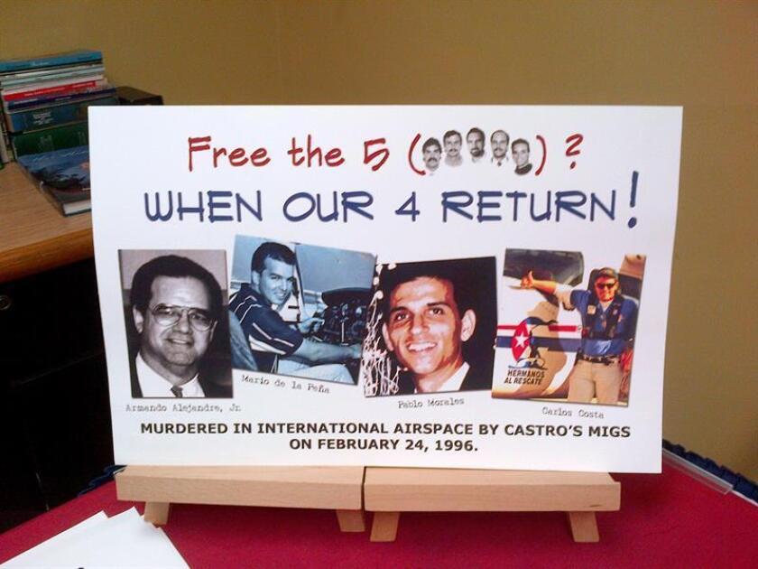 """Vista de un cartel que dice """"¿Liberar a los 5? íCuándo vuelvan nuestros 4! (en referencia a los cuatro pilotos de la organización Hermanos al Rescate muertos el 24 de febrero 1996)"""". EFE/Archivo"""