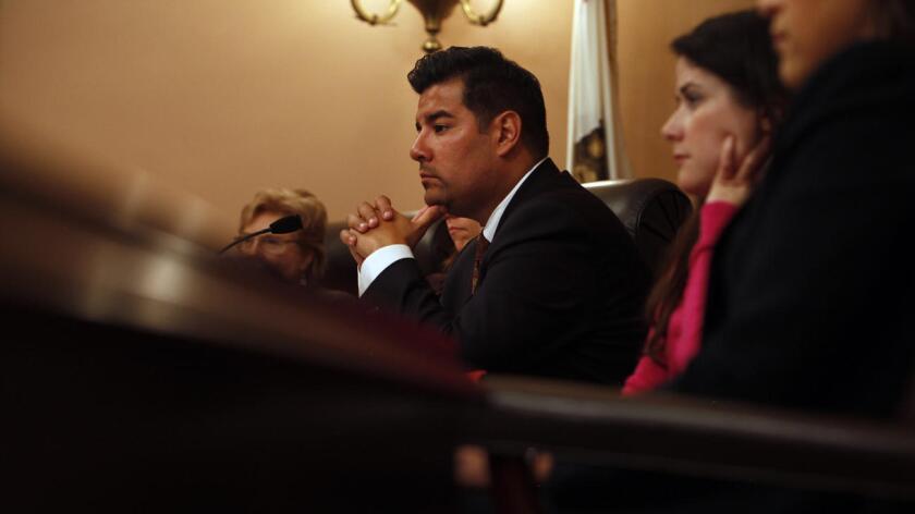 El senador estatal Ricardo Lara ha propuesto un proyecto de ley que reduce de la cantidad de universidades con exenciones religiosas recibirían leyes antidiscriminación, provocando preocupación por parte de decenas de colegios en California. (Katie Falkenberg / Los Angeles Times)