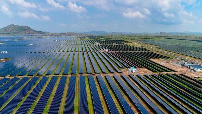 Se espera que el parque solar Pavagada, en el sur de India, genere 2,000 megavatios de electricidad cuando esté terminado, lo cual lo convertirá en la estación solar más grande del mundo (Karnataka Solar Power Development Corp.).