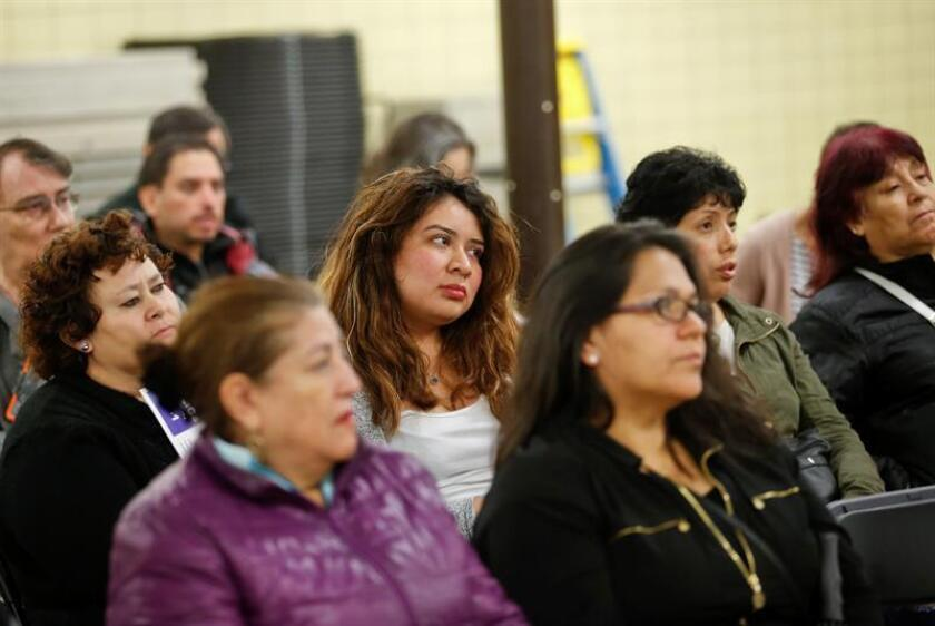 Un grupo de personas asiste a una reunión. Sólo la mitad de los hispanos considera que es importante el ahorro para la jubilación o para afrontar una emergencia. EFE/Archivo