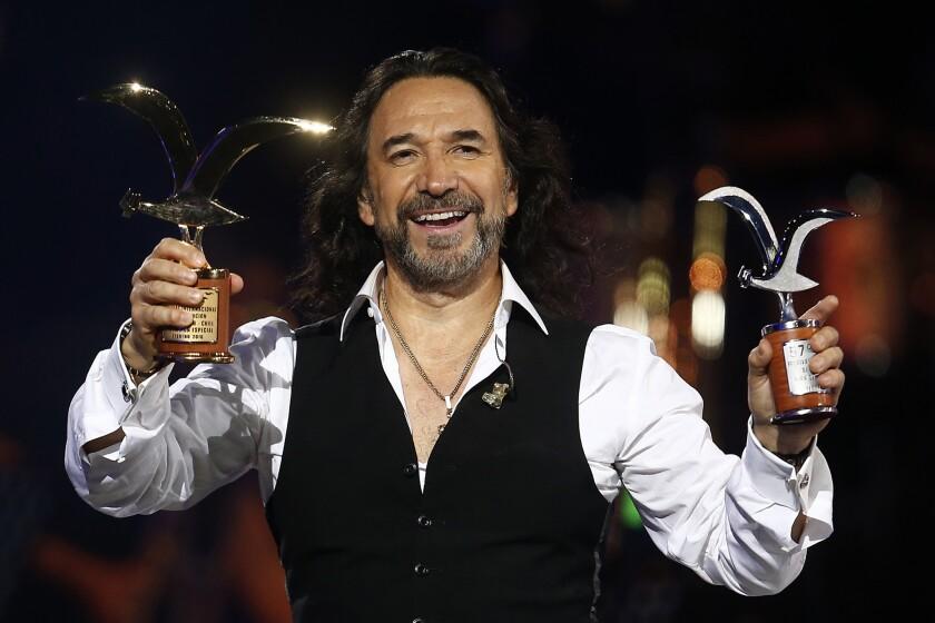 El cantante mexicano Marco Antonio Solís sostiene sus Gaviotas (trofeos) entregadas por el publico en la noche inaugural de 57 edición del Festival Internacional de La Canción de Viña del Mar, en la ciudad de Viña del Mar, localidad distante a 120 Km, al noreste de Santiago de Chile (Chile). EFE