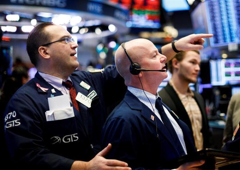 Agentes de bolsa trabajan en el piso de la Bolsa de Nueva York durante la apertura de la jornada, en Nueva York (Estados Unidos). EFE/Archivo