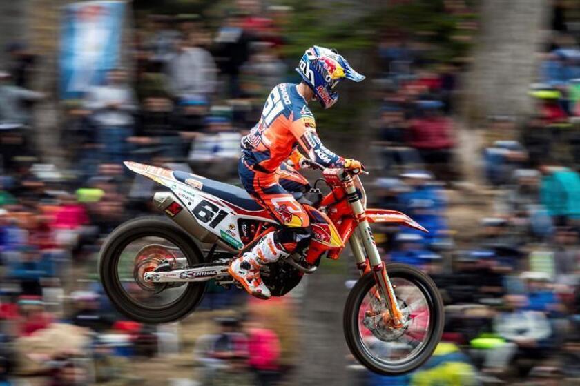 Fotografía facilitada por LastLap de Jorge Prado, vigente campeón del mundo de motocross en la categoría de MX2, que firmó hoy un fin de semana excepcional con un doblete en las dos mangas, victoria en el Gran Premio y placa roja de líder desde el primer día de competición, hoy en Neuquen, Argentina. EFE/LastLap