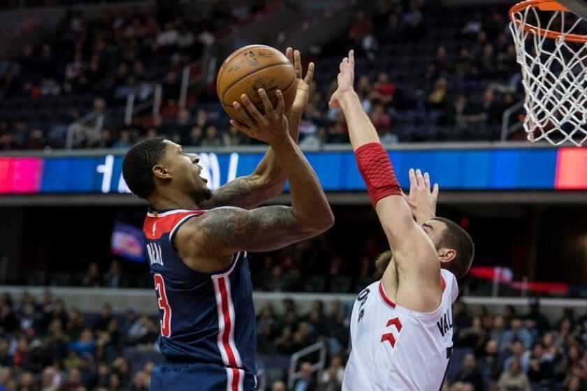 Bradley Beal (i) de Washington Wizards intenta encestar ante la marca de Jonas Valanciunas (d) de Toronto Raptors durante un partido de baloncesto de la NBA en el Capitol One Arena de Washington, DC (EE.UU.). EFE