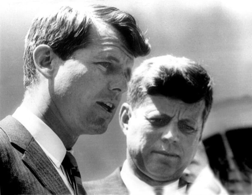 Fotografía de archivo donde se muestra al exfiscal general de los Estados Unidos, Robert F. Kennedy (en primer término) junto a su hermano el expresidente Jonh F.Kennedy fotografiados en la Casa Blanca donde se rindió homenaje a los jóvenes americanos. EFE/UPI