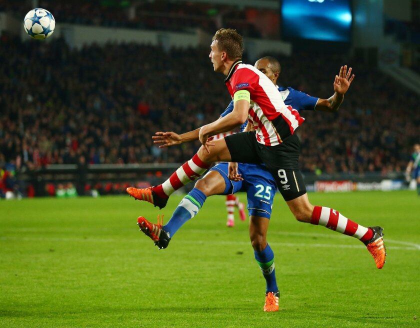 PSV's Luuk de Jong, left, scores his side's second goal during the Champions League Group B soccer match between PSV and VfL Wolfsburg at Philips stadium in Eindhoven, Netherlands, Tuesday, Nov. 3, 2015. (AP Photo/Peter Dejong)
