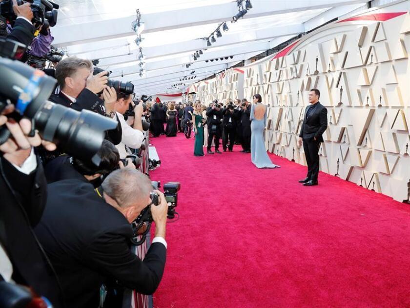 El actor español Javier Bardem posa a su llegada a la alfombra roja de los Premios Óscar, este domingo, en Hollywood, California (Estados Unidos). EFE
