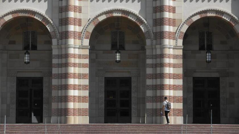 El plan de la presidenta de la UC, Janet Napolitano, para aumentar las inscripciones es en parte una respuesta a las críticas de los legisladores y los padres, quienes afirman que la UC había aceptado demasiados estudiantes de otros estados y naciones debido a que pagan una colegiatura más alta al resto de los estudiantes. Arriba, una imagen de UCLA. (Brian van der Brug / Los Angeles Times)