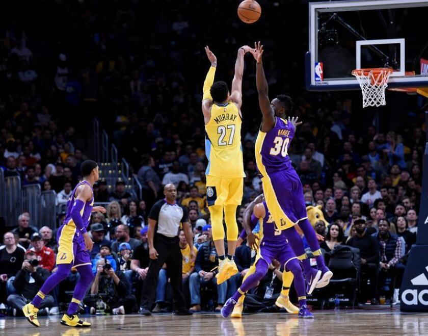 Jamal Murray (i) de los Denver Nuggets en acción ante Julius Randle (d) de los Los Angeles Lakers durante un partido. EFE/Archivo