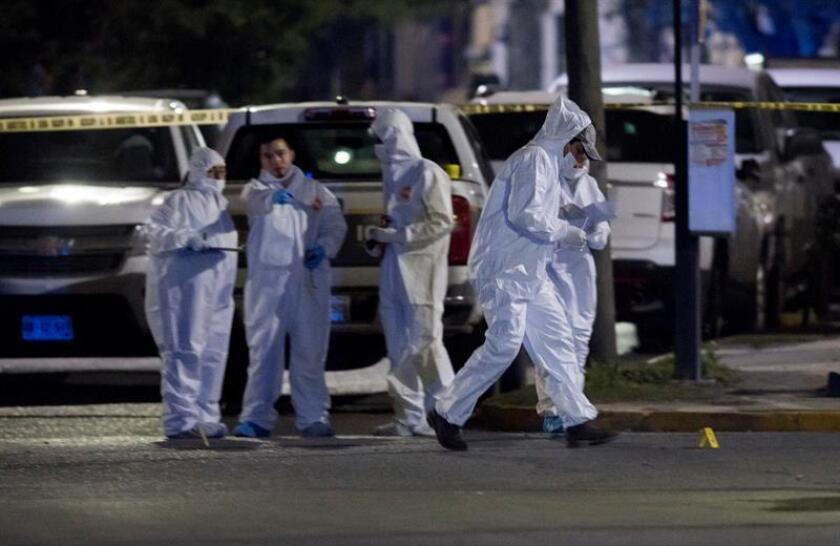 Peritos forenses inspeccionan la zona en el municipio de San Nicolás Garza en Nuevo León (México), donde ocho personas fallecieron tras un ataque armado según informaron medios locales. EFE