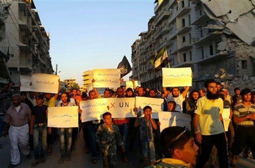 Activistas en la sitiada Alepo protestan contra Naciones Unidas por lo que califican de fracaso a la hora de levantar el cerco en las áreas de la ciudad controladas por rebeldes, el 13 de septiembre de 2016.