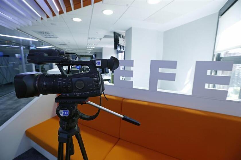 Fotografía de archivo (14/07/2015) donde se muestra una cámara Canon modelo XF305 utilizada por los reporteros de la Agencia Efe para la grabación de imágenes. EFE Vídeo es la nueva denominación comercial de los servicios de información audiovisual de la Agencia EFE, con una cobertura ininterrumpida de 24 horas al día desde más de 200 centros en todo el mundo, informó hoy EFE. EFE/ARCHIVO