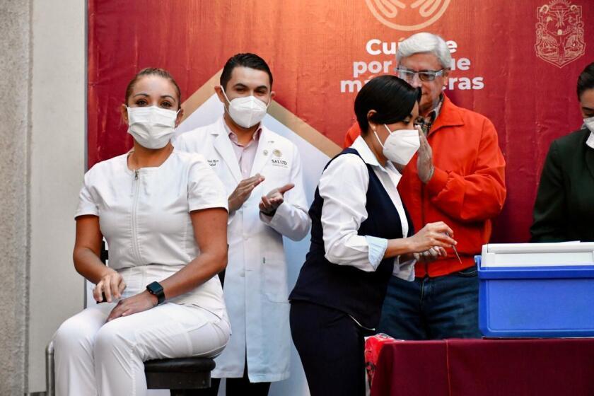 Perla Guerrero (izq), jefa de enfermería del Hospital General fue la primera en ser vacunada contra el COVID-19