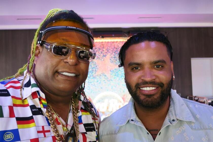 El dúo puertorriqueño de reguetón de Zion (d) y Lennox (i) posan para Efe durante una entrevista este miércoles, en San Juan (Puerto Rico). EFE