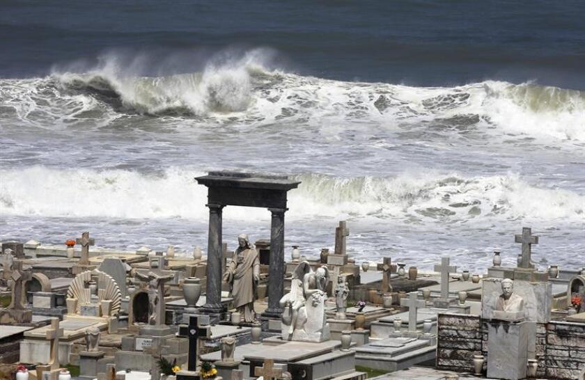 Fuertes olas azotan el histórico Cementerio Santa María Magdalena de Pazzis en el Viejo San Juan, Puerto Rico. EFE
