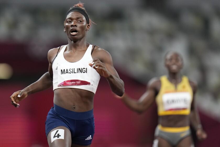 Beatrice Masilingi de Namibia en la semifinal de los 200 metros en los Juegos Olímpicos de Tokio.