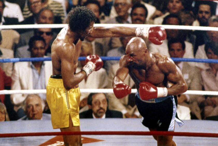 ARCHIVO - En esta foto de abril de 1985, Marvin Hagler (derecha) y Thomas Hearns pelean en el primer asalto de la pelea por el centro mundial en Las Vegas. Hagler ha fallecido. Tenía 66 años. (AP Foto, archivo)