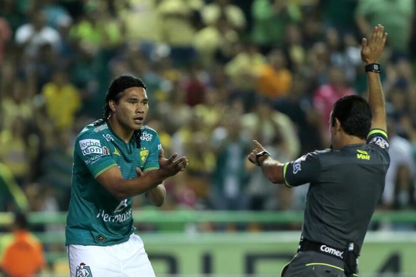 En la imagen, el futbolista mexicano Carlos Peña durante su etapa en el León en 2015. EFE/Archivo