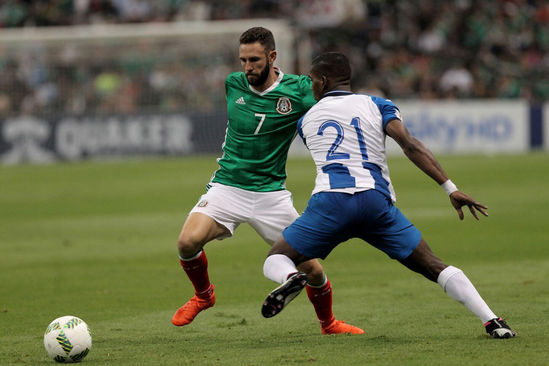 MX01. CIUDAD DE MÉXICO (MÉXICO),06/09/2016.- Miguel Layun (i) de México disputa el balón ante Brayan Beckles (d) de Honduras, durante un juego entre México y Honduras por las eliminatorias de la CONCACAF para Rusia 2018 hoy, martes 6 de septiembre de 2016, en el estadio Azteca en Ciudad de México (México). EFE/ALEX CRUZ ** Usable by HOY and SD Only **