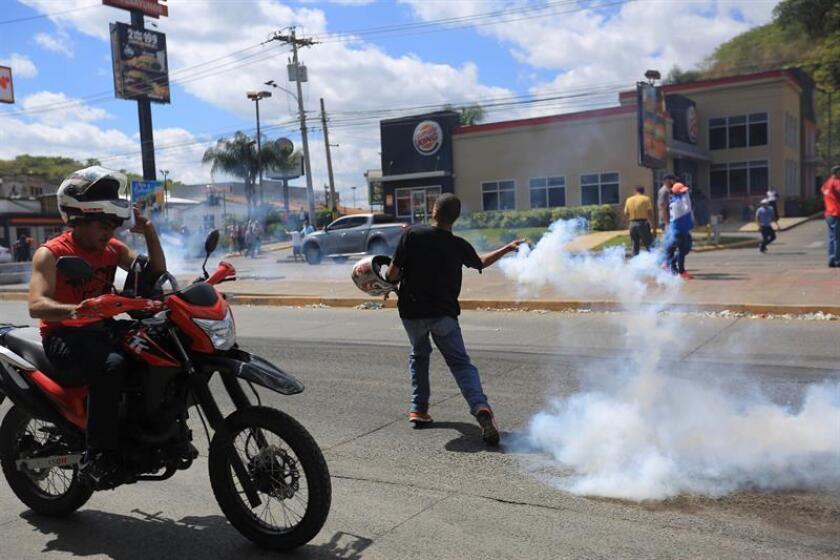 Simpatizantes del partido político Libertad y Refundación (LIBRE) se enfrentan a la policía este domingo, en Tegucigalpa (Honduras). EFE/Archivo